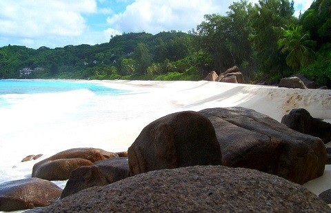 отдых на Сейшельских островах, пляж Anse Intendanse представляет собой идеально белую песчаную дугу
