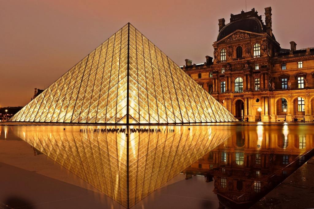 Louvre glowing in the night