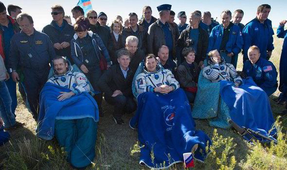 Singing Starman Chris Hadfield and fellow astronauts return safely ...