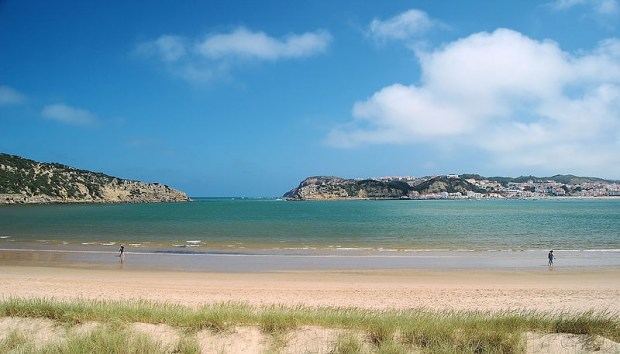 Sao Martinho do Porto beach (image Wiki Paulo Juntas)