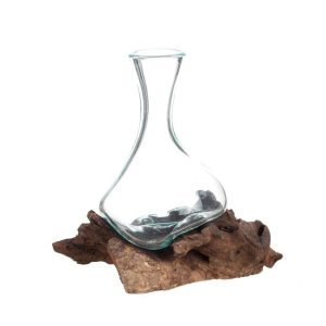 Handblåst glasvas på trädrot