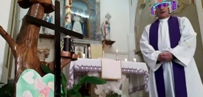 HILARISCH! Priester vergeet videofilters af te zetten tijdens livestream van kerkdienst