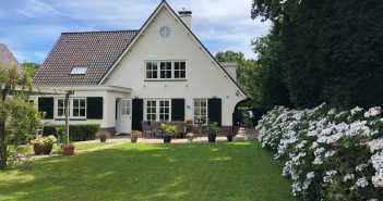 BINNENKIJKEN – Gertrude Kuyt doet zichzelf na de scheiding van Dirk villa van 1.6 miljoen cadeau