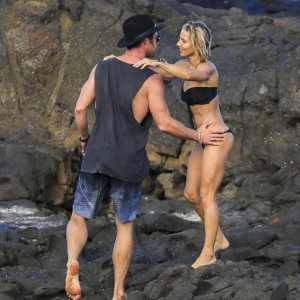 Страсть, пляж и разница в возрасте. Эльза Патаки,41, и Крис Хемсворт, 34, влюблены и наслаждаются жизнью сегодня без предрассудков.