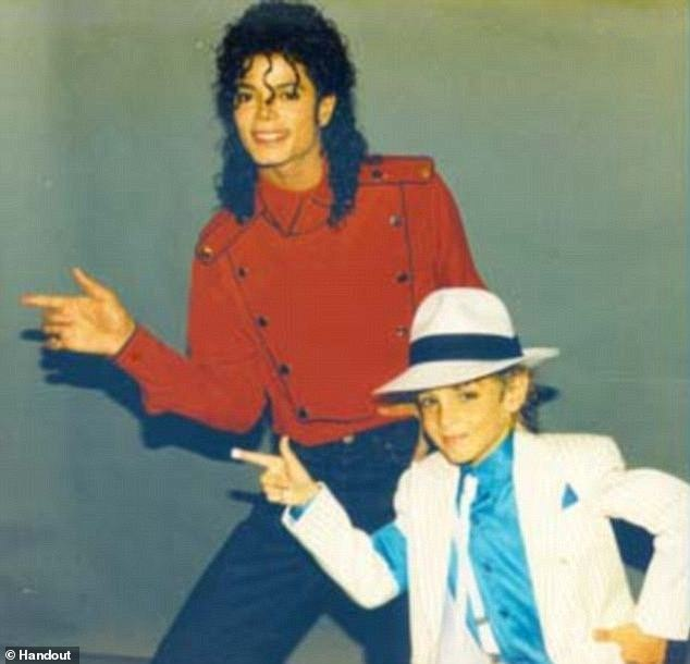 Подробности. Майкл Джексон: премьера скандального, четырёхчасового, документального фильма «Покидая Неверленд» сегодня на «Сандэнс». Жертвы поп- короля отвечают на вопросы.