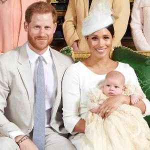 Подробности и комментарии возмущенных британцев. Всего две фотографии с крещения сына Меган Маркл и принца Гарри, Арчи. Тайные крестины и недовольные лица на фото. Что случилось?