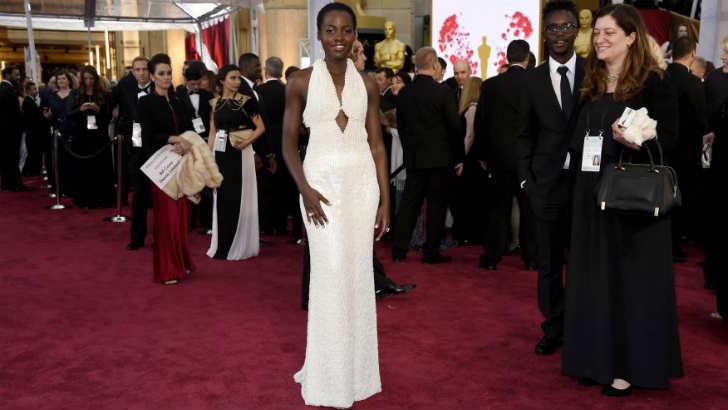 ルピタ・ニョンゴ 真珠のドレス 盗難