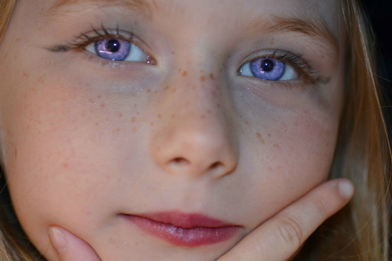 パープルの瞳