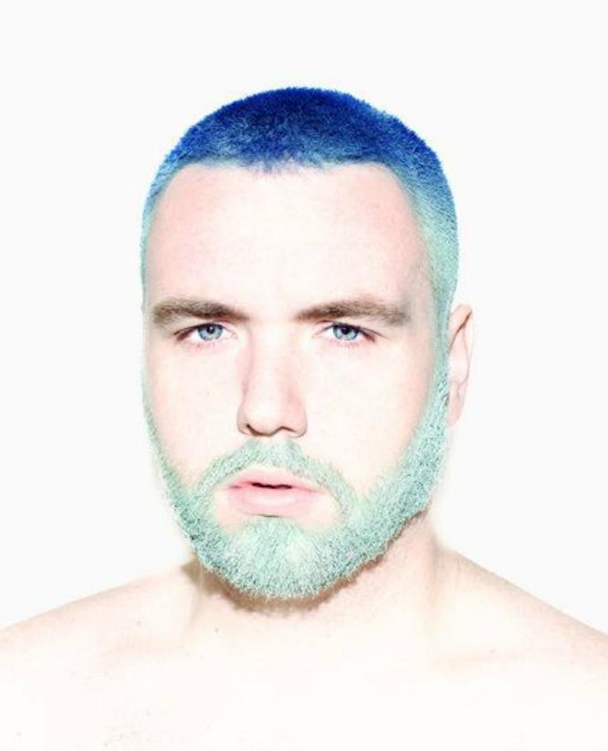 カラーリングした髭