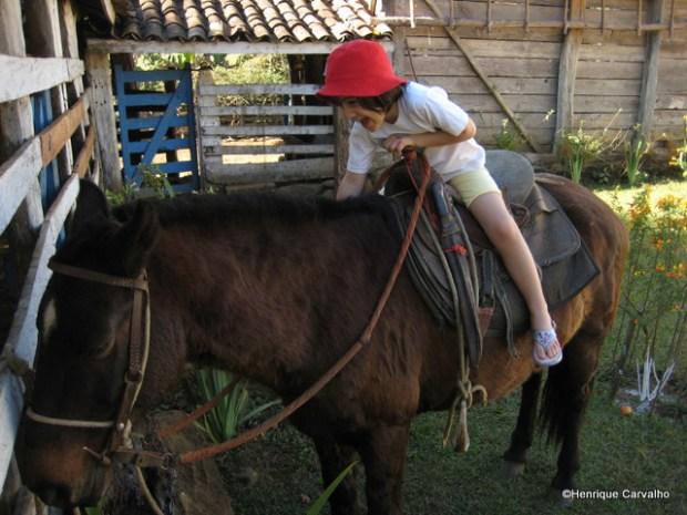 Primeira vez que neta de Geraldo da Costa Carvalho monta em um burro