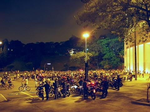 Bicicleteiros reunidos em frente ao estádio do Pacaembú