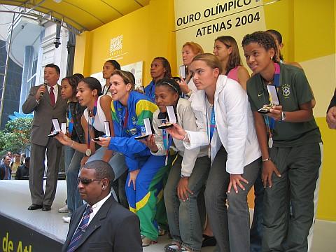 Seleção Brasileira de Futebol ganhando barrinhas de ouro - 10/09/2004