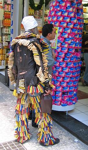 Mendigo em frente a perfumaria na Rua São Bento, no centro de São Paulo