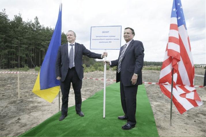 Energoatom President Yuriy Nedashkovsky (L) and Holtec President and CEO Dr. Kris Singh (R) plant the site placard