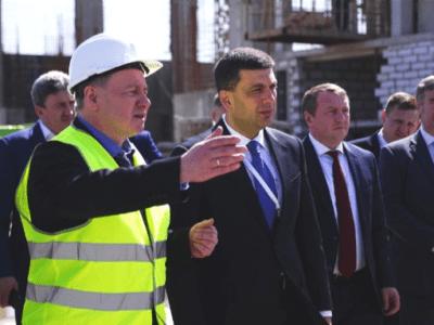 Ukrainian dignitaries inspect CSFSF, Prime Minister Groysman to the right of Energoatom President Nedashkovsky (in yellow jacket)