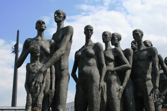 holocaust-monument-moscow-1379188646xRc