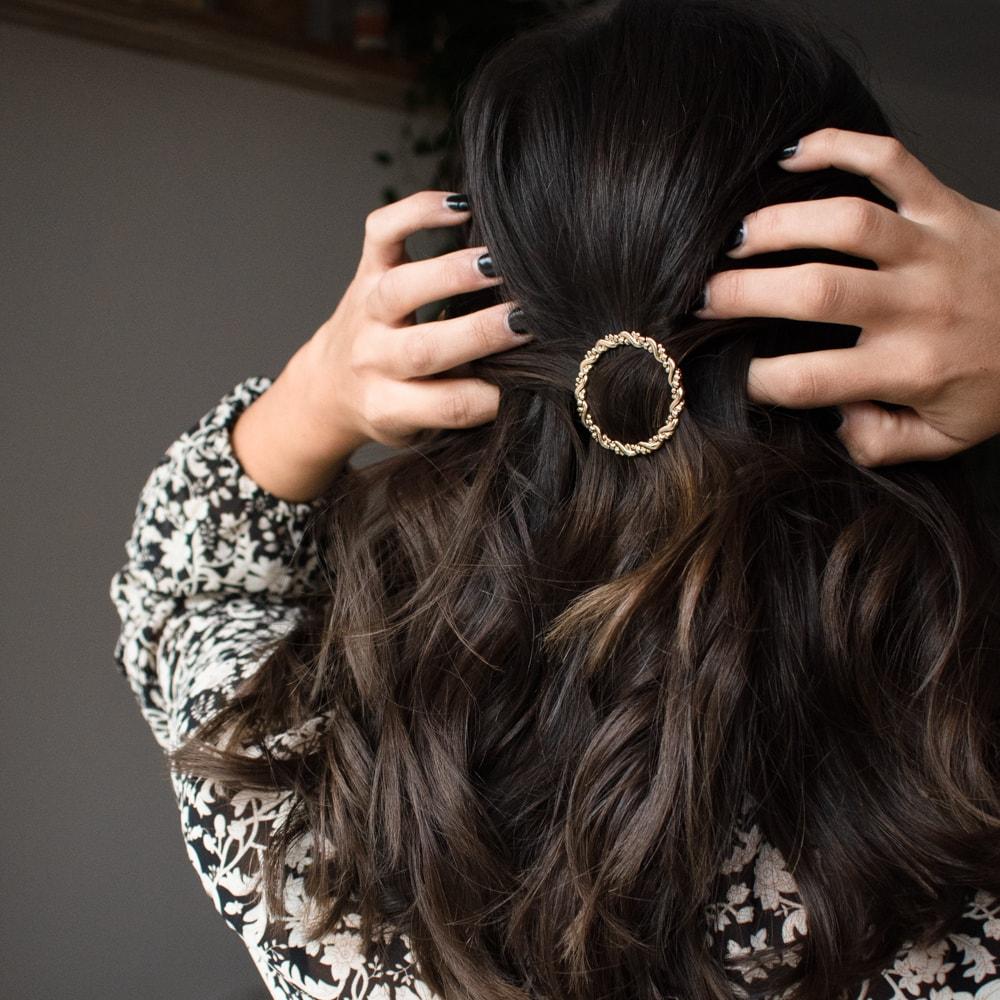 femme portant une barrette cercle dans ses cheveux