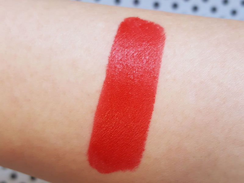 Swatch sur le bras du rouge à lèvres lipstories de sephora en teinte a little magic rouge mat