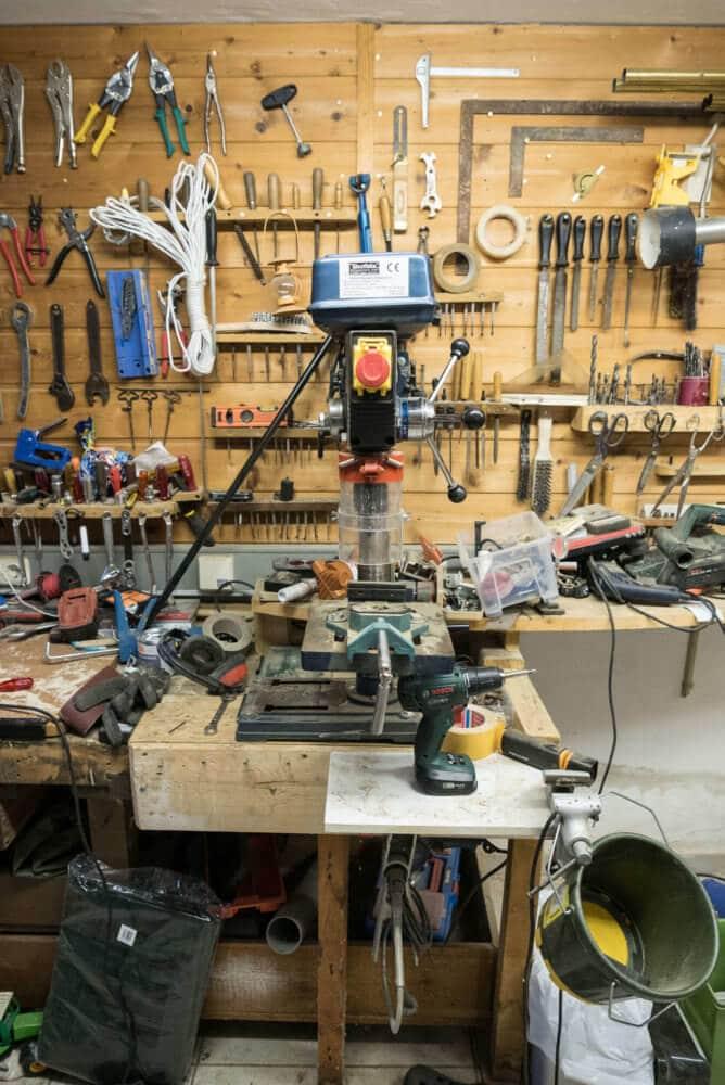 Standbohrmaschine in der Werkstatt von Tiki-Holz