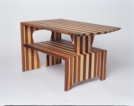 Tisch in Nuss und Ahorn Leisten zusammen geleimt