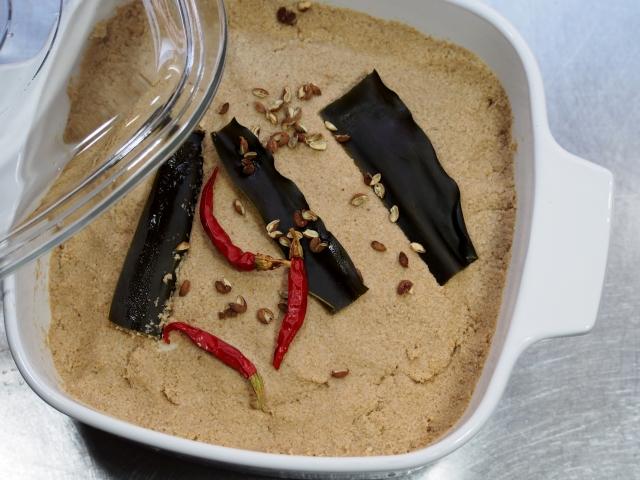 唐辛子、昆布、出汁を加えた糠床