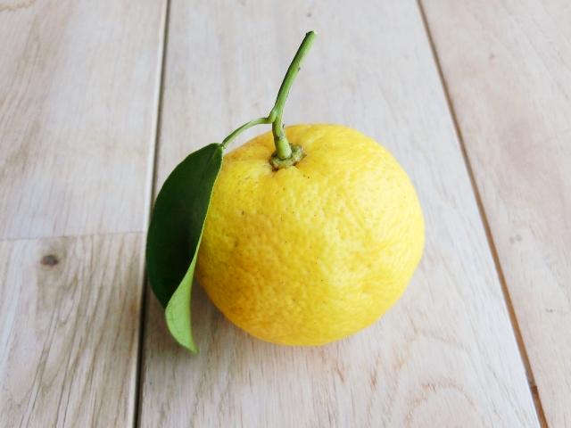 葉っぱの付いた黄柚子