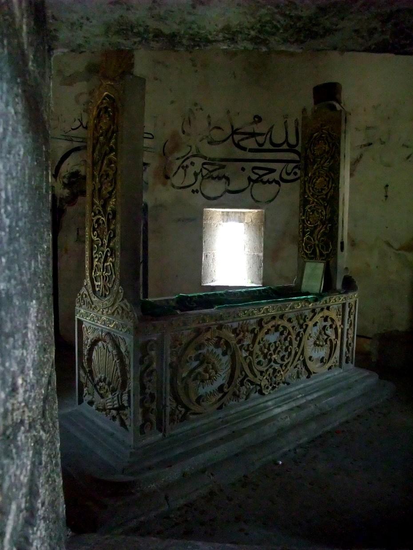 """Ein altes Grab! """"Hasan Paşa"""" hiess der Mensch!"""