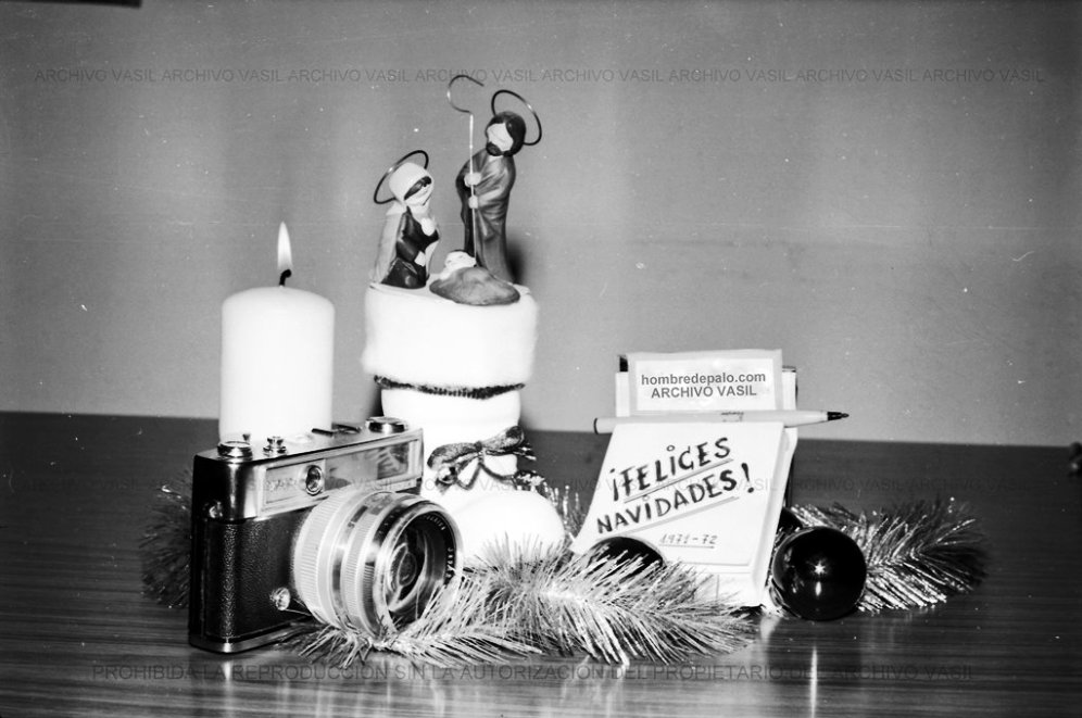 84 1971 518 31 Nuestro Christmas. Cada año Maite y Juan componían un Christmas para felicitar las fiestas a todos sus lectores y amigos. La cámara Yashica y el bolígrafo Bic no dejan lugar a dudas del origen de la felicitación.