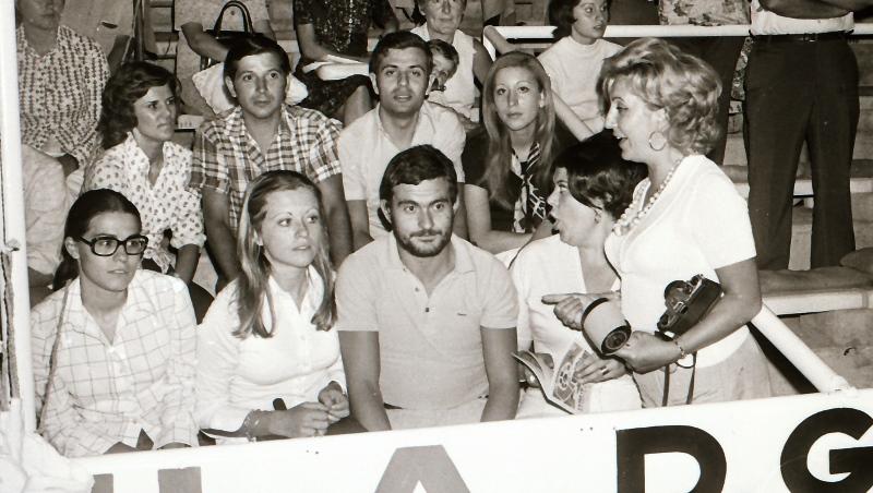 Grada Campo de Futbol. Tere Silva. Maxi y esposa. Jose Luis Garcia y otros.