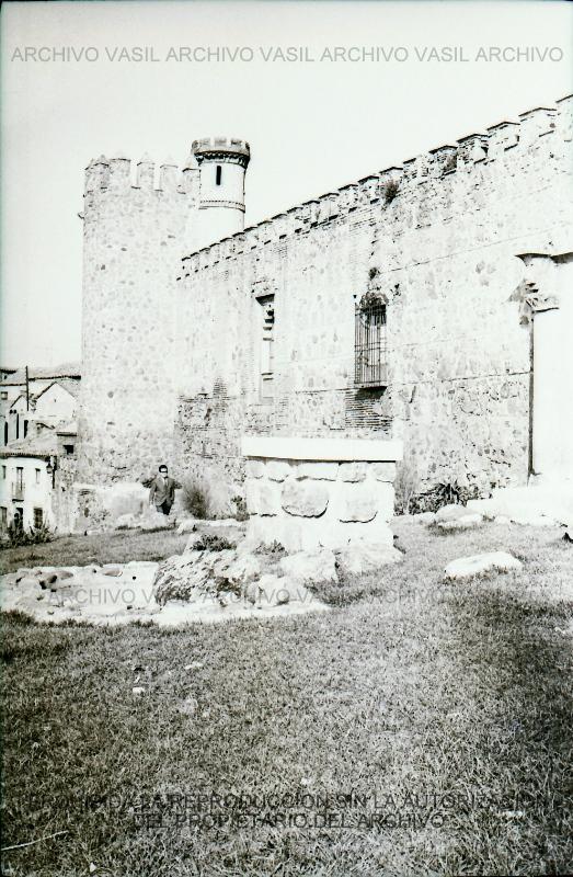 1970 Pedestal que espera su estatua (Cuesta San Juan de los Reyes). Articulo muy interesante del Duendecillo. Estaba prevista una obra de Alberto Sanchez y luego se coloco a Isabel la Catolica.