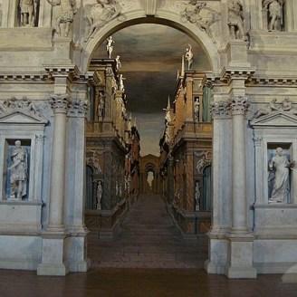 Arco de triunfo y vista de la calle central
