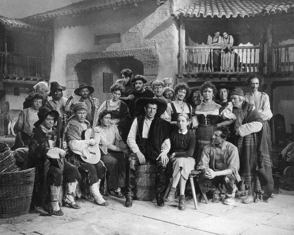Alberto y su mujer, Clara Sancha, durante el rodaje, con los actores de la película Don Quijote, Lenflim 1957.