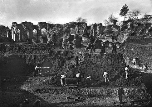 Excavaciones en el anfiteatro de Saintes en 1907.