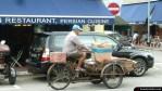 Un ciclista con cajas en la bicicleta