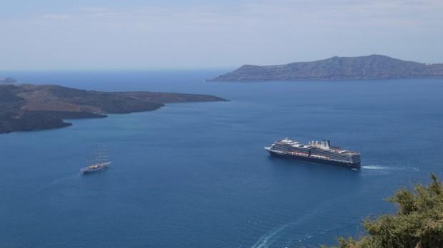 El Nieuw Amsterdam en la bahía de Santorini