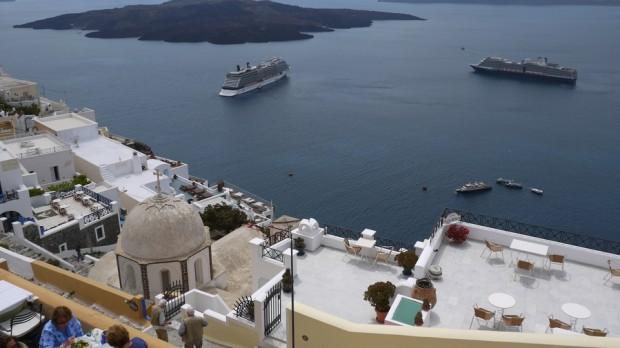 Cruceros atracados en la bahía de Santorini