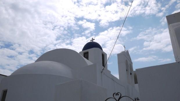 Una iglesia azul en la isla de Santorini