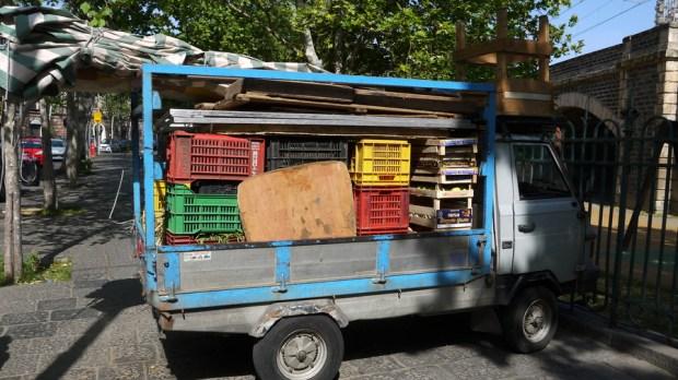 Una camioneta con fruta