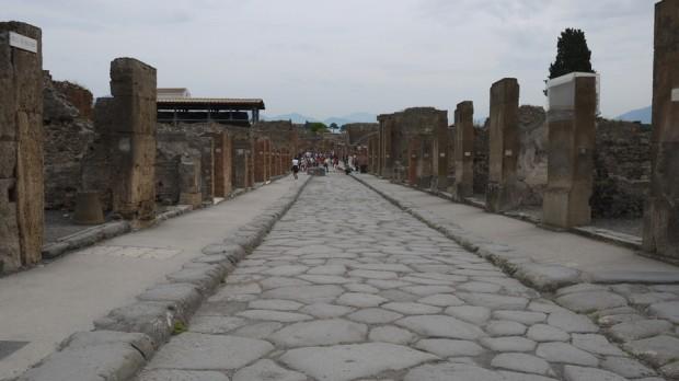 Otra vista impresionante de una avenida romana, atentos al pavimento