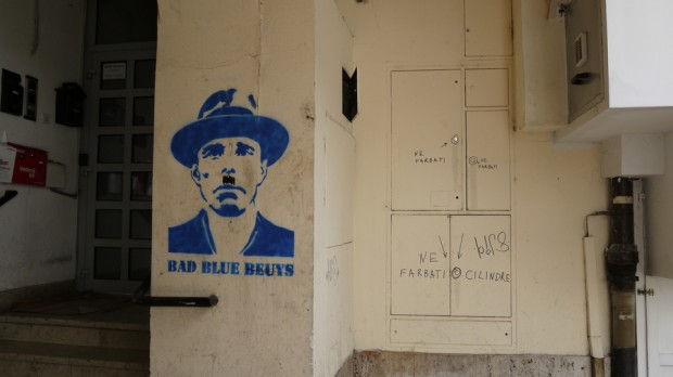 Un hombre de azul