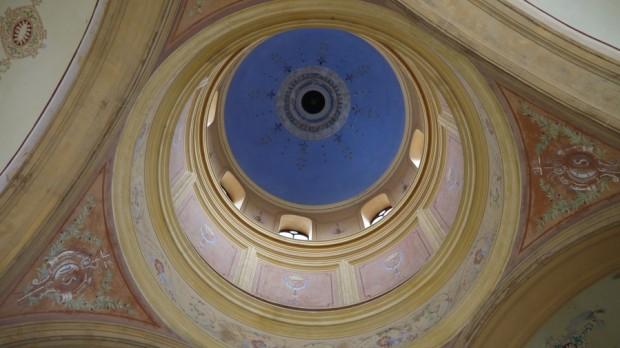 Detalle de cúpula en el cementerio Mirogoj en Zagreb