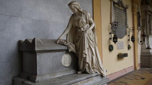 Detalle de tumba en el cementerio Mirogoj en Zagreb