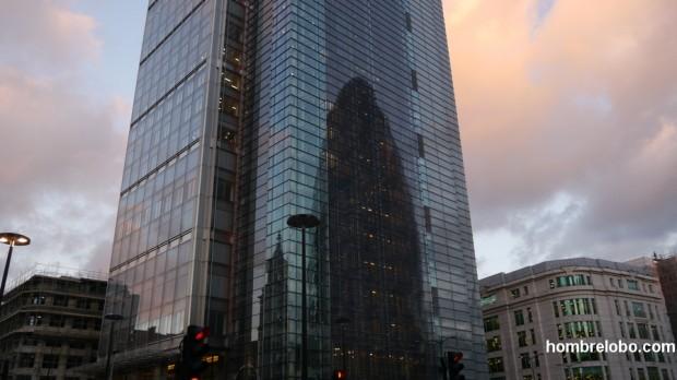 Reflejo del The Gherkin en otro rascacielos de Londres