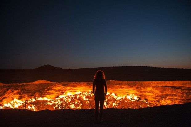 "<a href=""http://www.shutterstock.com/pic-115727914/stock-photo-darvaza-turkmenistan-staring-into-the-flaming-gas-crater-known-as-the-door-to-hell-in-darvaza.html?src=YPX3jcYD1LEZHHWA7gaE7w-1-0""  target=""_blank"" rel=""nofollow"">Puerta del infierno</a>, via Shuttershock"