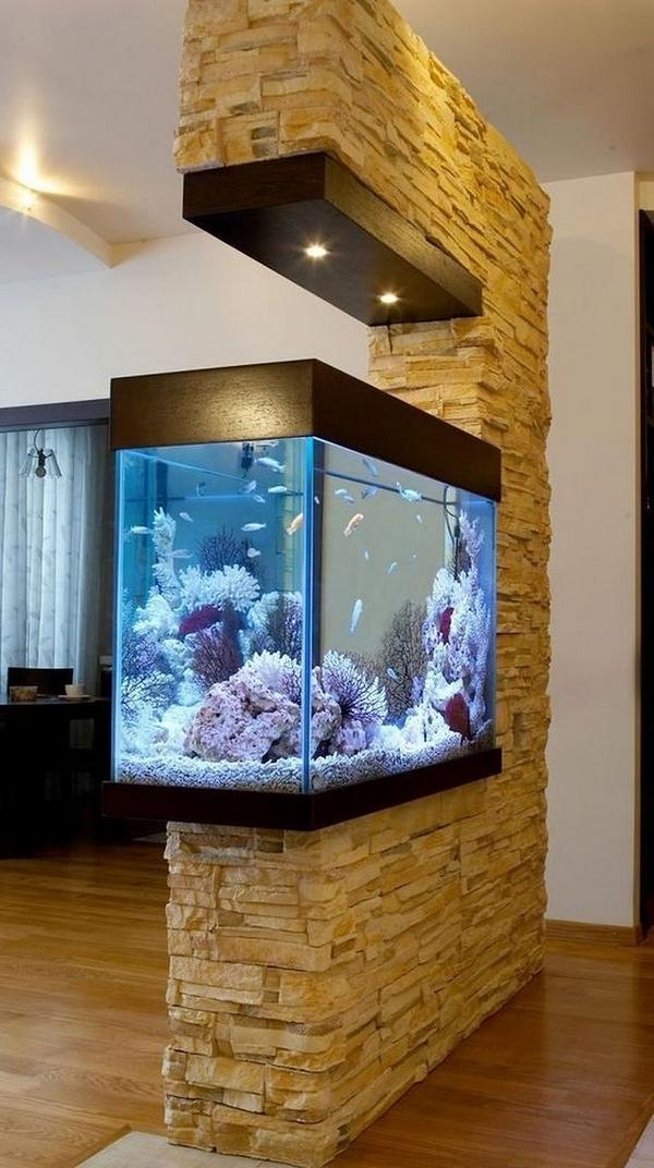 Фото аквариума в гостиной, встроенного в стену