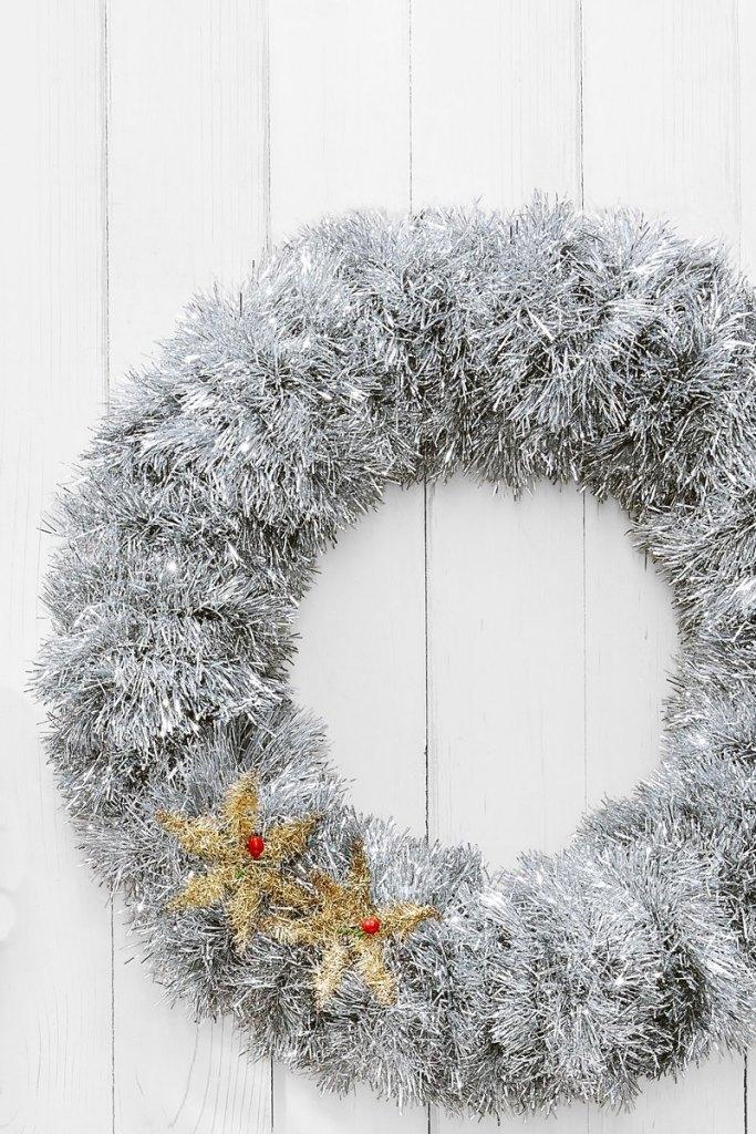рождественский венок и серебряная мишура