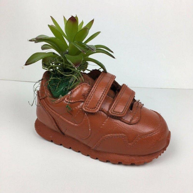 горшок для цветов со старой обуви