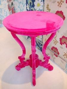 стол отделанный велюром