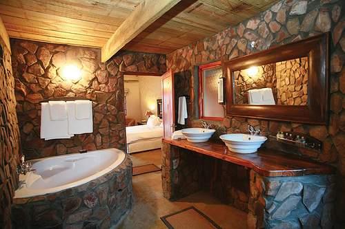 ванная отделанная камнем