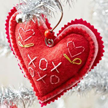 Новогодняя игрушка сердечко из фетра